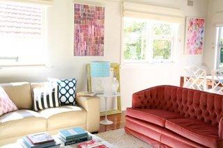 Living cu doua canapele de culori si modele diferite
