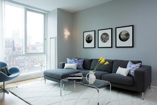 Living mic de apartament amenajat in tonuri de gri