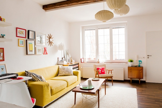 Mobilier retro si canapea galbena pentru camera de zi mica