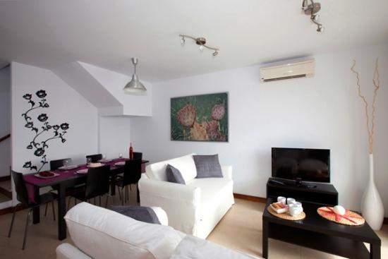 Mobilier retro si canapea galbena pentru camera de zi mica for Www design house com