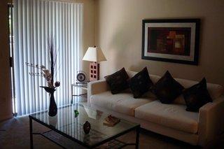 Sufragerie cu ferestre cu jaluzele verticale