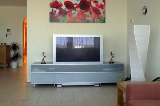 Tablou colorat pe perete deasupra televizorului