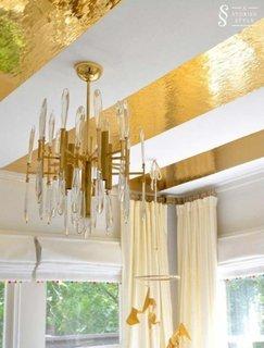 Decor tavan cu autocolant auriu