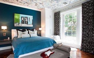 Camera adolescenti cu tavan cu stencil in dungi colorate