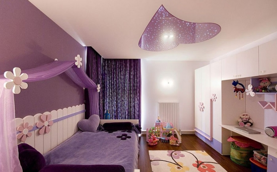 Dormitor amenajat in nuante de lila si mov