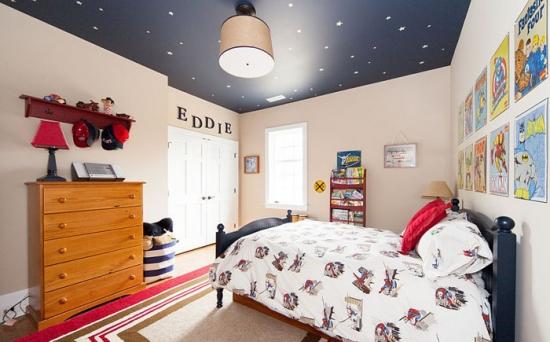 Stele fosforescente pe tavanul negru din camera copil