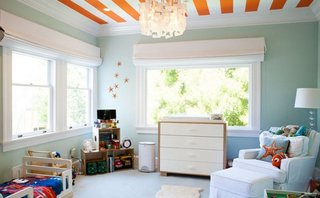 Tavan in dungi portocalii si albe decor modern camera copil