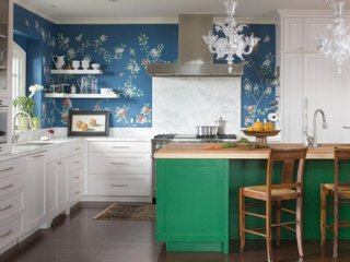 Interior de bucatarie alba cu accente albastre si verzi