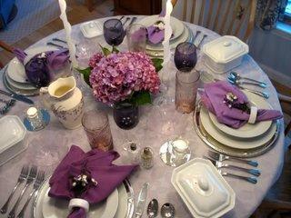 Alb si lila pentru decorarea unei mese moderne de Sfantul Valentin