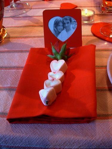 Aranjament pentru masa cu servet rosu si inimioare
