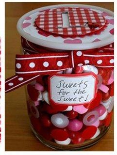 Borcan cu bomboane rosii, roz si albe