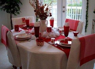 Idee de aranjare si decorare a unei mese cu rosu si alb