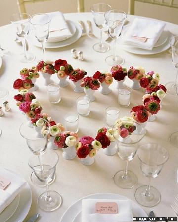 Inima realizata din multe vaze mici cu flori
