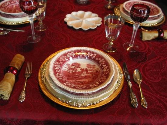 Masa decorata cu accesorii de lux