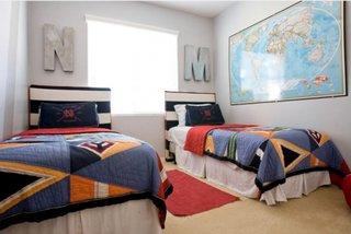Camera pentru doi baieti decorata in stil eclectic cu litere mari si a harta a lumii mare
