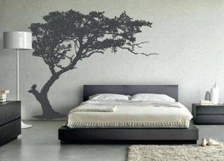 Decor negru pe un perete alb pentru o ambianta stilata in dormitor