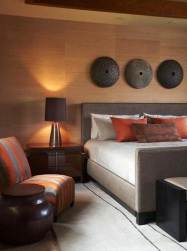 Dormitor amenajat in stil tropical cu decoratiuni simple si ieftine pe pereti dar de mare efect