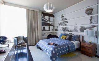 Dormitor amenajat pentru un baiat care este fan al fotbalului american
