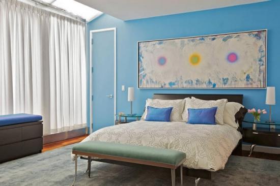 Dormitor confortabil amenajat cu bleu si alb si o frumoasa pictura abstracta in culori asortate
