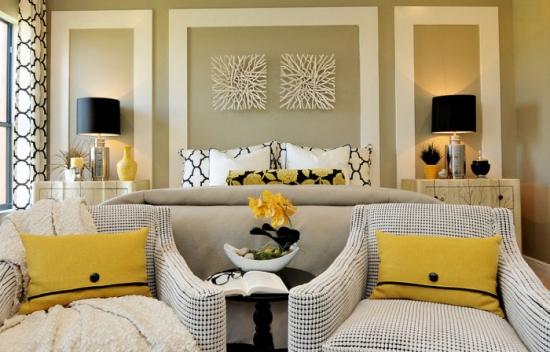 Dormitor modern decorat simplu cu niste tablouri abstracte albe