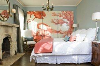 Dormitor romantic decorat cu o pictura mare pe perete in culoarea corai