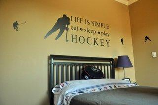 Mesaj motivational aplicat pe peretele de deaupra patului