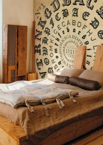 Perete cu tapet cu design interesant aplicat pe peretele din spatele patului