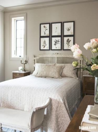 Peretele de deasupra tabliei de pat intr-un dormitor clasic traditional decorat cu sase tablouri ide