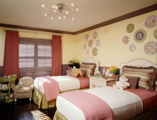 Stickere decorative pe peretele cu patul