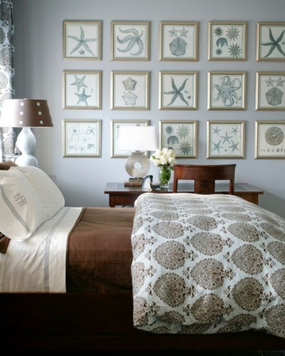 Stil mediteranean in dormitor cu peretii acoperiti cu tablouri tematice