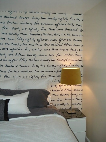Dormitor accesorizat cu tapet tineresc si lampa ocru-galben