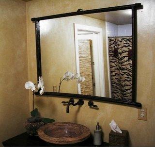 Oglinda cu rama din lemn natural si chiuveta din marmura