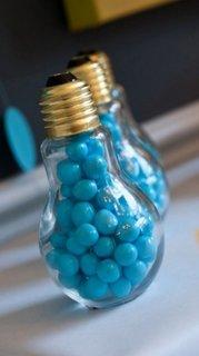 Accesorii decorative inedite si viu colorate din becuri