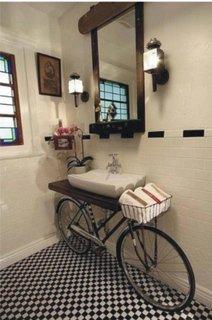 Blat chiuveta de baie asezat pe o bicicleta