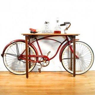 Consola de perete cu bicicleta incorporata
