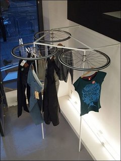 Suport pentru uscarea hainelor din roti de bicicleta