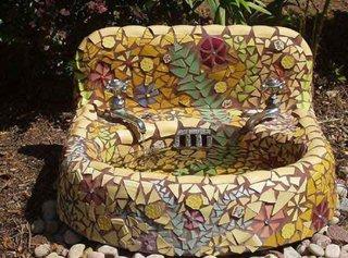 Chiuveta veche placata cu mozaic si transformata in fantana pentru gradina