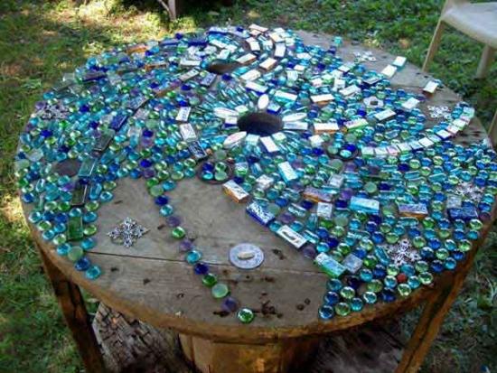 Masa din lemn placata cu bucatele de sticla colorata