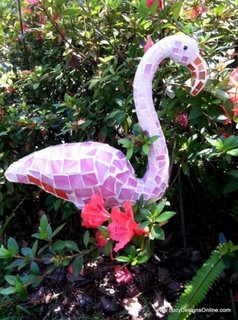 Pasare flamingo pentru gradina placata cu mozaic roz din sticla