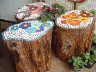 Scaune handmade din busteni si mozaic colorat