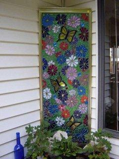 Usa veche de cabina de dus decorata cu mozaic si transformata in decoratiune pentru terasa