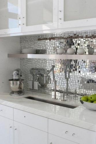 Mozaic de sticla pe perete in bucatarie
