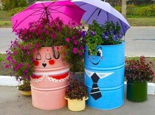 Butoaie reciclate pe post de ghivece de flori in gradina