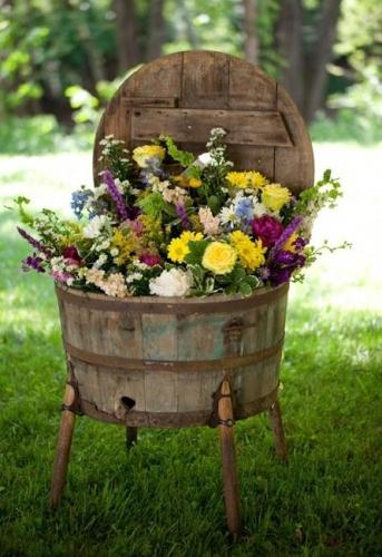 Butoias vechi de lemn reciclat pentru flori in gradina