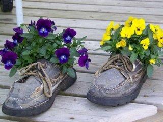 Pantofi vechi reciclati pentru flori in gradina