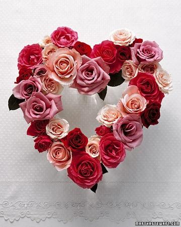 Aranjament floral de ziua indragostitilor inima din trandafiri rosii si roz