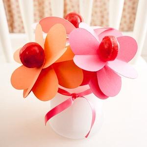 Aranjament hand made vaza cu flori de hartie si acadele pentru valentines day