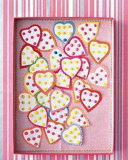 Decor pentru perete dintr-un capac de carton cu multe inimioare prinse cu ace cu gamalie
