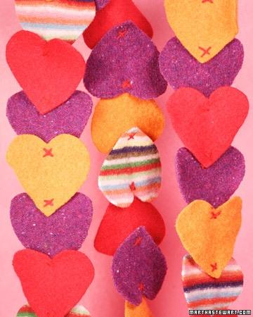 Inimioare din fetru prinse una de alta pentru un decor romantic