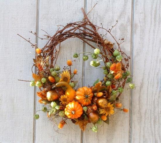 Coroana de toamna din flori si dovleci
